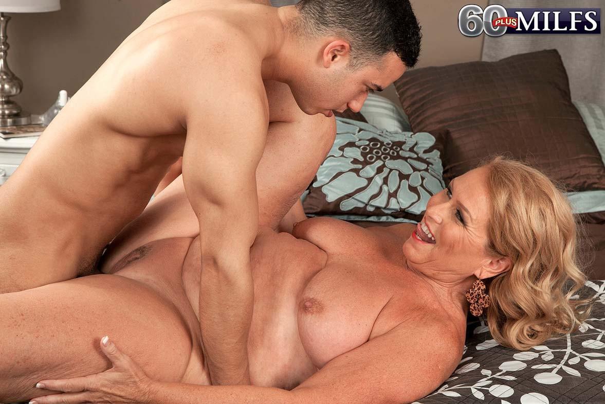Титькастая старуха Элис обожает молоденькие херы
