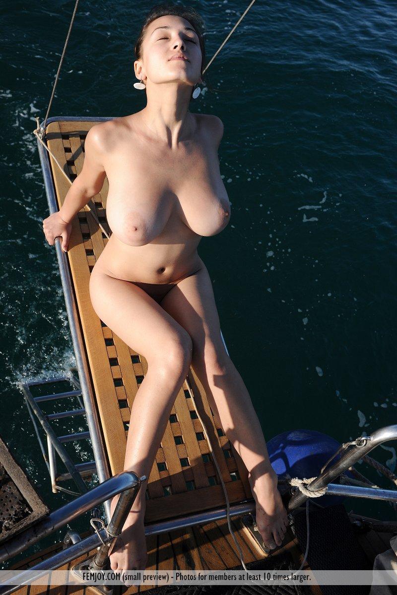 Чувственная красотка Sofi A обнажает свое симпатичное голые сиськи с крупными грудями на яхте