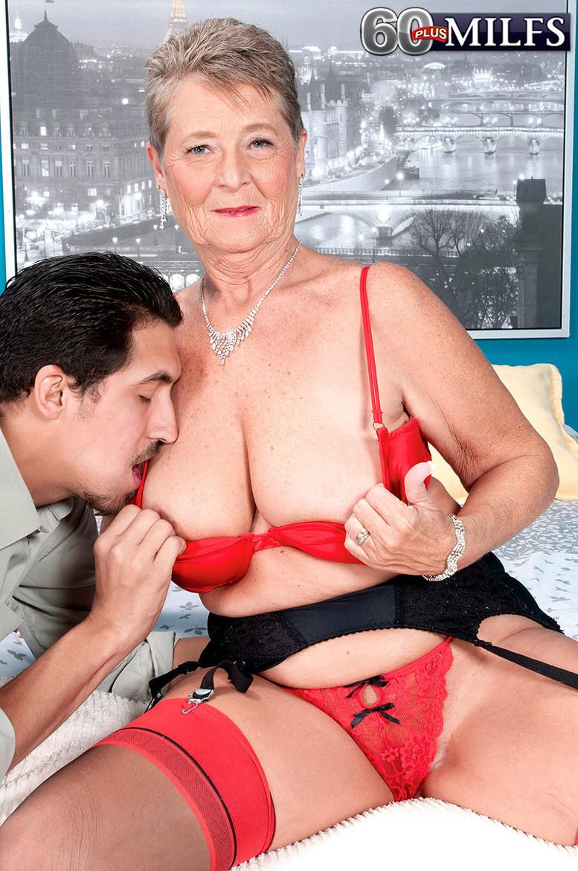 Красное белье просто шикарно смотрится на опытной Джоанне Прис