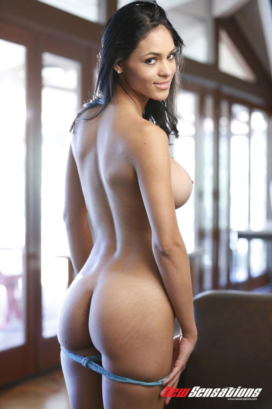 Мулатка с крупными грудями Jasmine Caro удовлетворяет снаряд