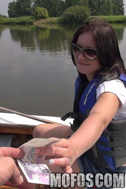 Малышка с огромными сисяндрами Shara Jones принимает пенис в пилотку на яхте