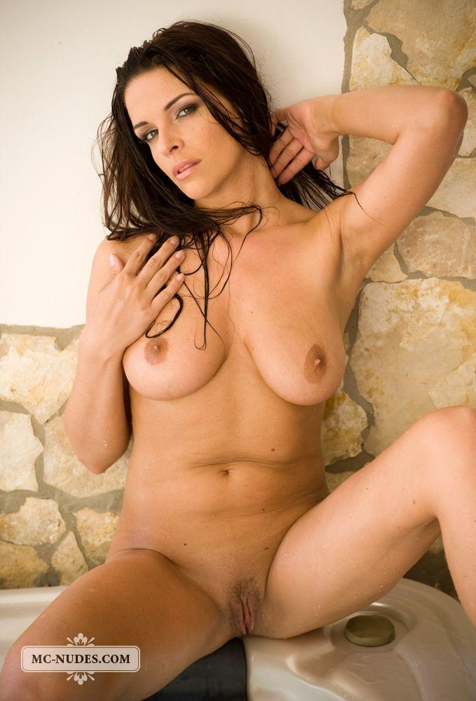 Огненная стройняшка с гигантскими буферами Cecilia Mcnudes принимает ванну голенькой