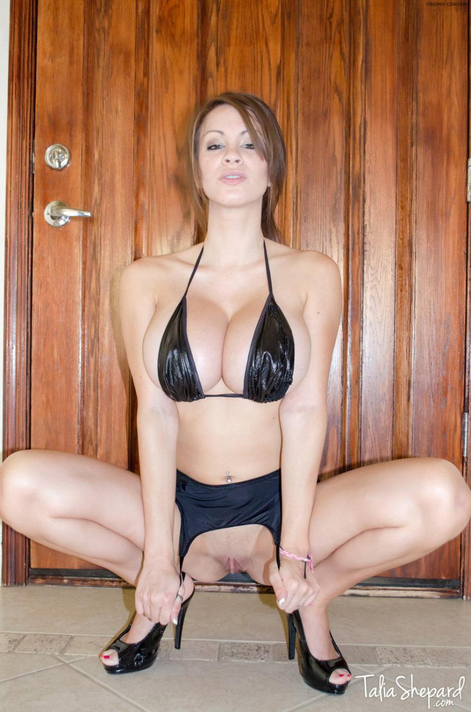 Возбужденная модель с темными волосами Talia Shepard достает гигантские буфера из лифчика и обнажает свою попку