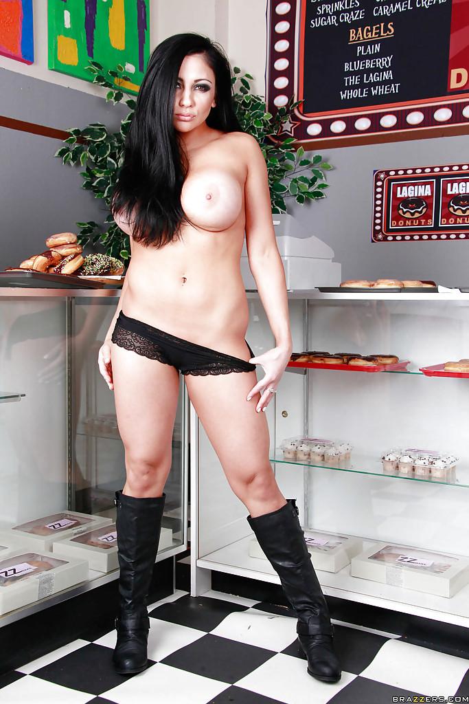 Возбуждающая полицейская снимает лифчик до гола в закусочной