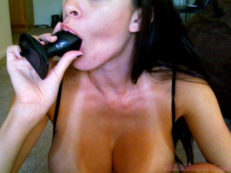 Грудастая русая порноактрисса Talia Shepard соблазнительно вылизывает игрушку близко к камере!