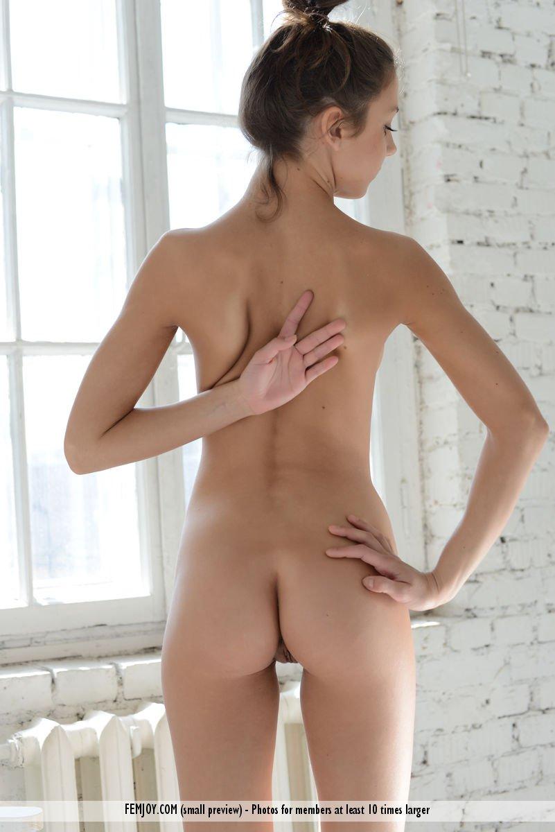 Модель с темными волосами Foxi Di показывает раздетое молодое тело