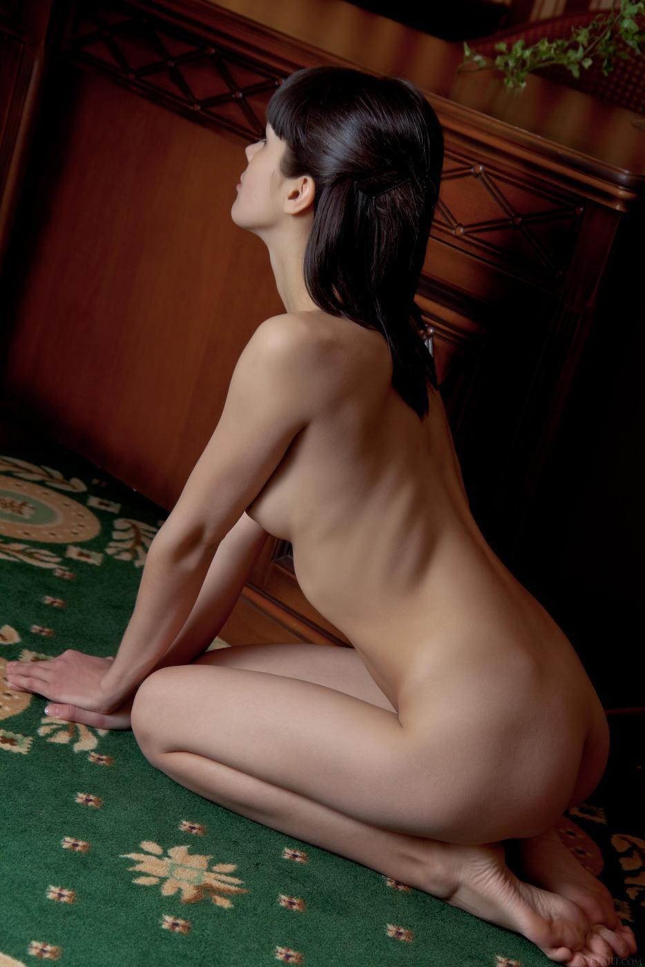 Русая порноактрисса с побритой вагиной и сочными крошечными грудями - Luiza A, обнажает свое голый торс