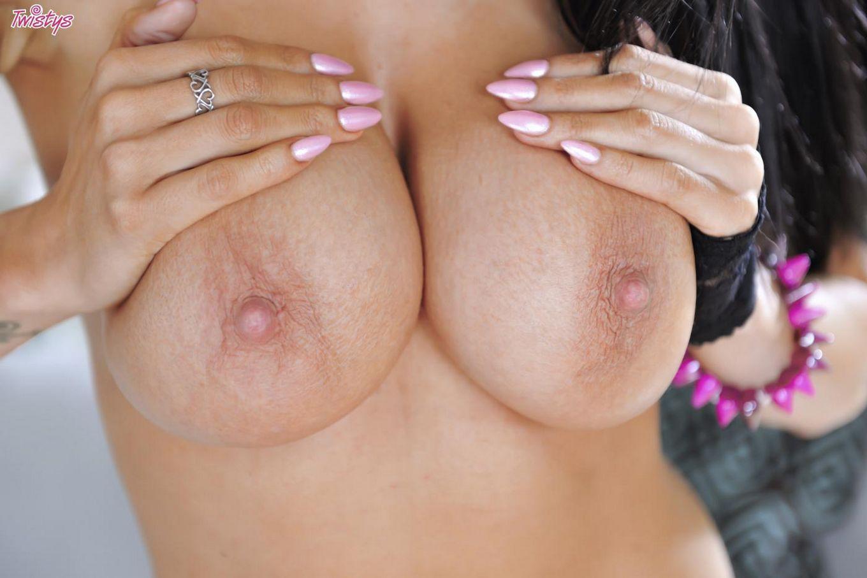 Нарядная русая порноактрисса с огромными дойками Роми Рейн стягивает розовое белье и ебет пальцами вагину