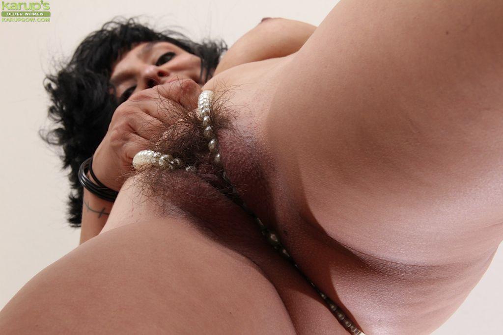 Красивая мамочка-брюнетка Lucy Dutch снимает одежду и развлекается со своей мохнатой вагиной