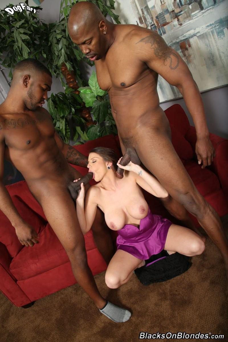 Хорошенькая модель с большими грудями занялась сексом с 2-мя неграми