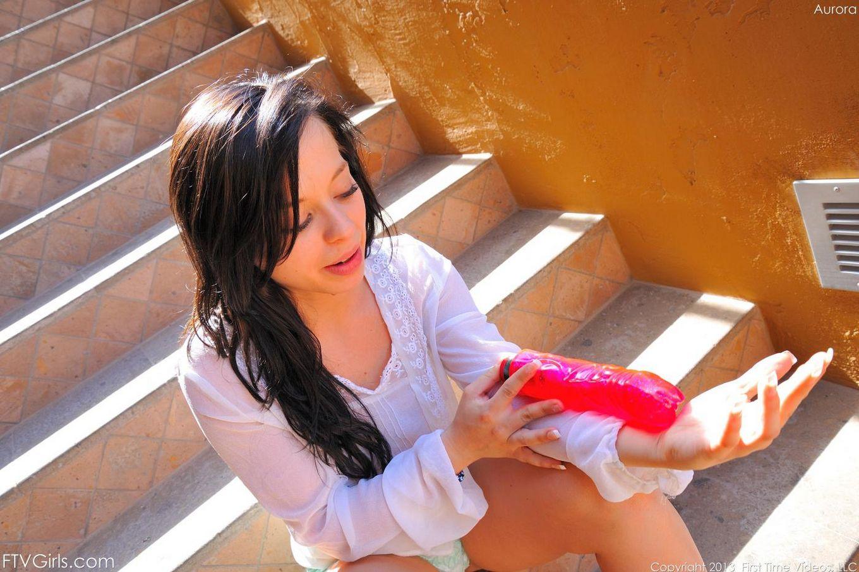 Роскошная синеглазая темненькая девушка Aurora Monroe снимает трусики и вводит крупную игрушку в свою пизду