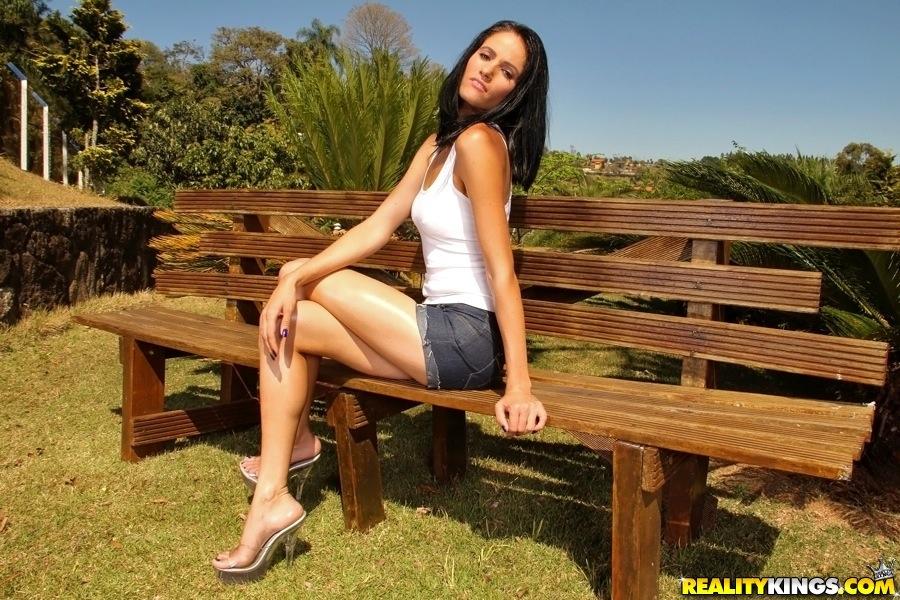 Латинка демонстрирует вагину и дрочит пальчиками на скамье в парке