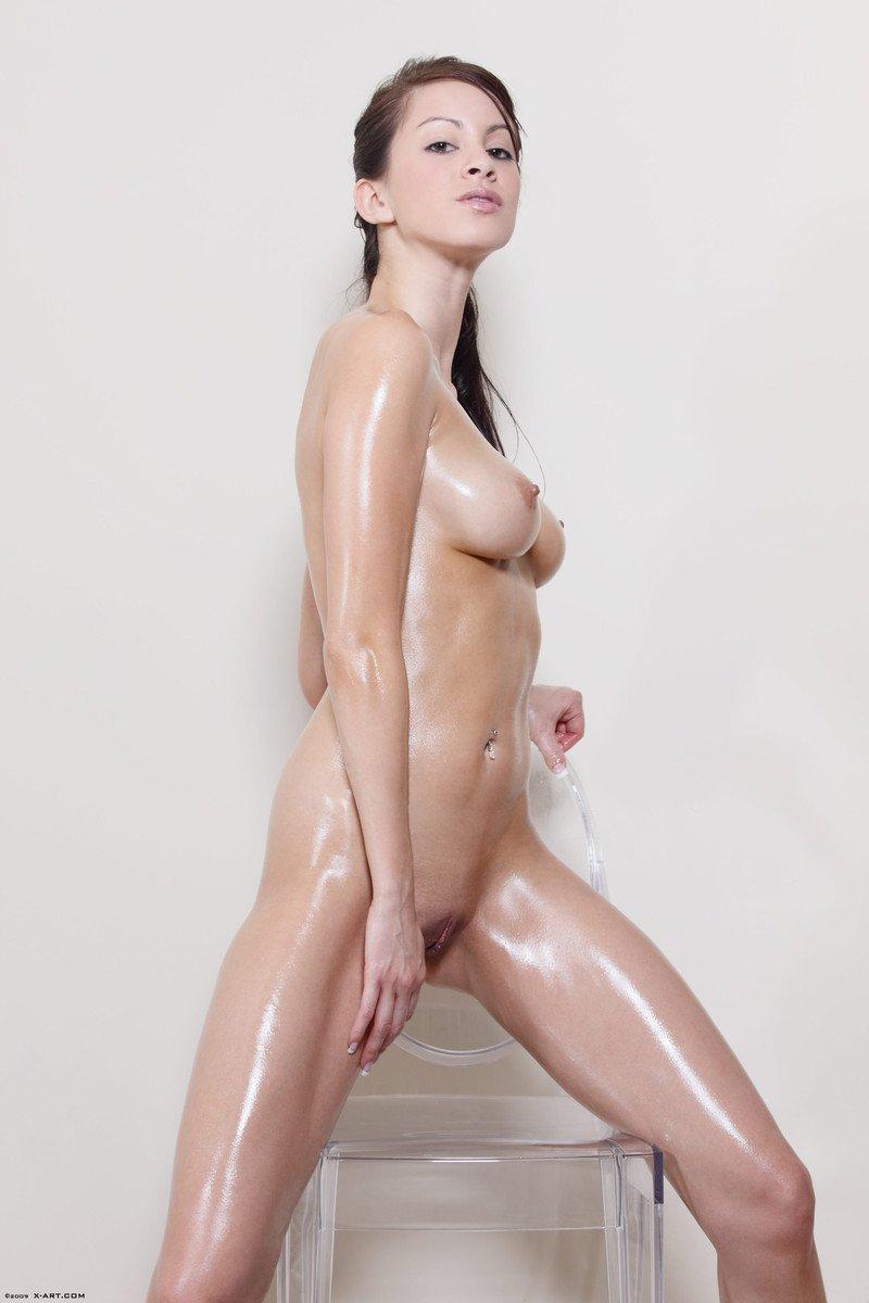 Влажная, абсолютно нагая темненькая девушка Talia Shepard ласкает себя и балуется со своей гладкой дырочкой