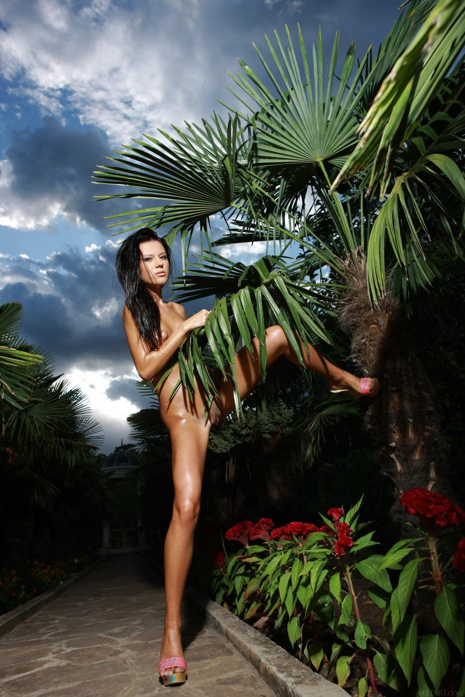 Настоящая русая порноактрисса Emily A показывает свое тело перед камерами на людях