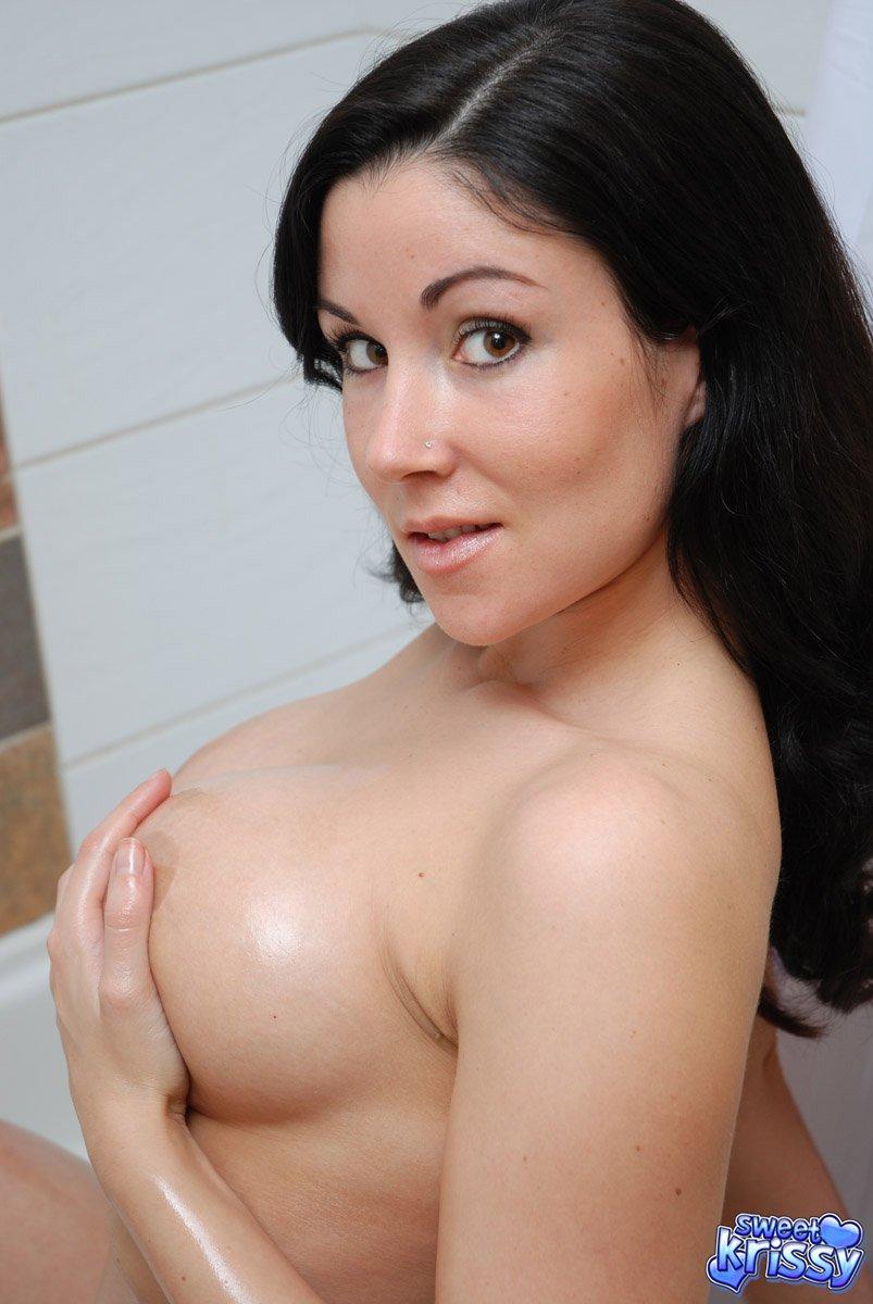 Раздетая русая порноактрисса с огромной грудью Sweet Krissy обнажает свою шикарной формы влажную сраку в ванной