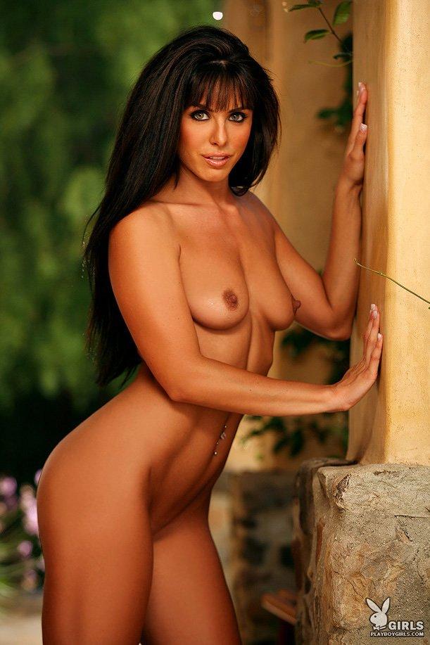Роскошная модель с темными волосами с очаровательным туловищем Lauren Scarlett снимает свое красное белье