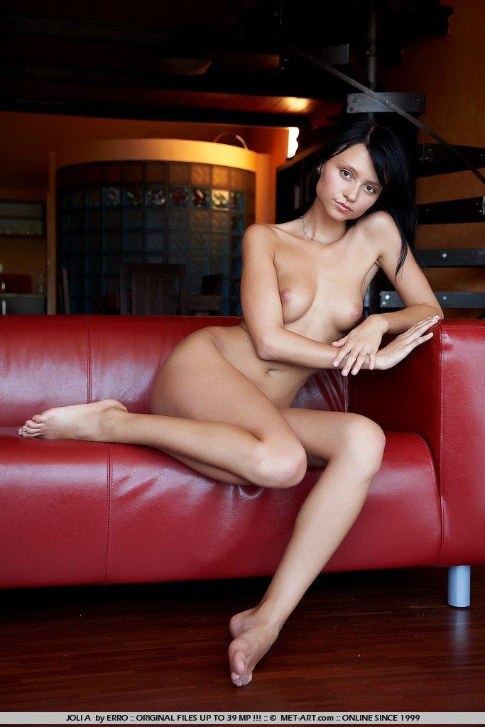 Раскинувшись на красном кожаном диване, тгривая русая порноактрисса Tinna Nubiles демонстрирует свое туловище и безумно длинные ножки