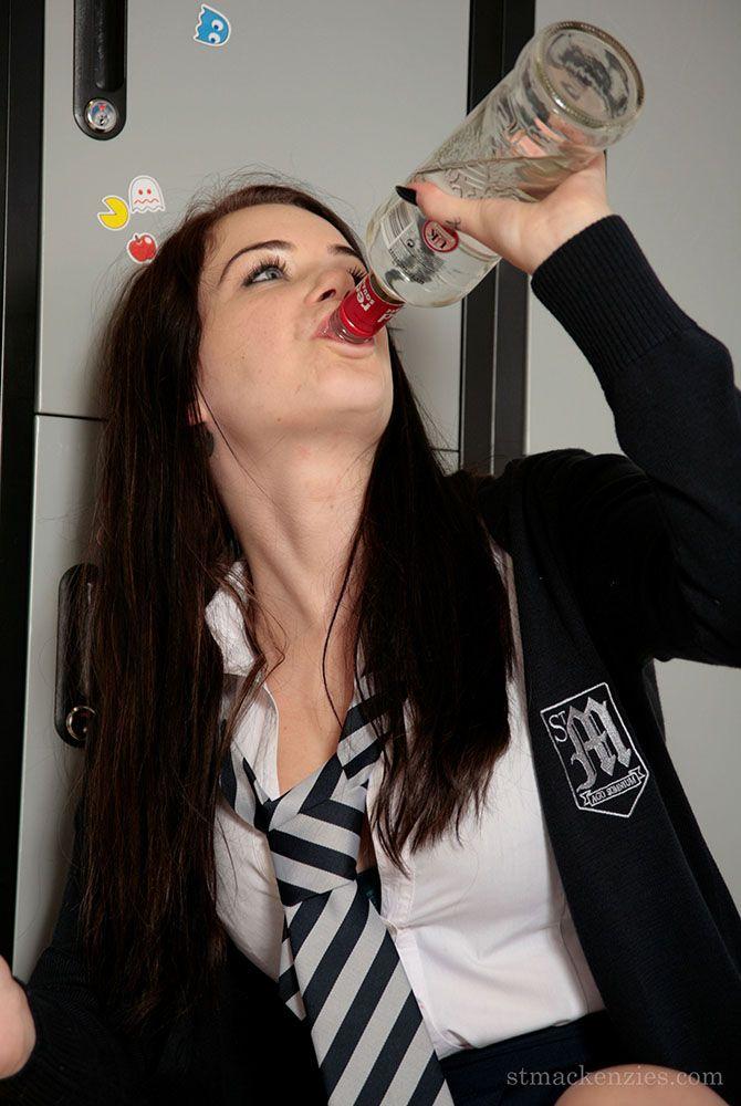 Развратная особа Джессика-Энн Феган пьяная и обнажается полностью в раздевалке