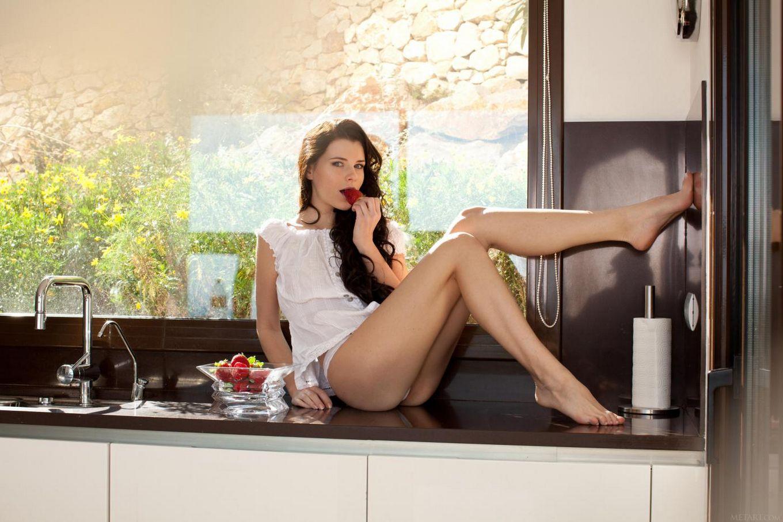 Хорошенькая шатенка Valeria A снимает трусики и фотографируется на кухне