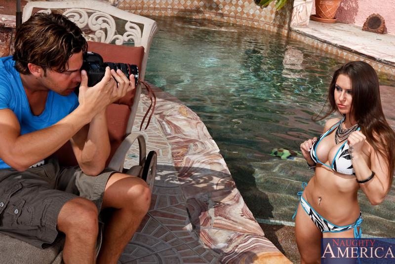 Титястая темноволосая девка Рэйчел Рокс с пухлыми формами занимается сексом с сексапильным пареньком у бассейна