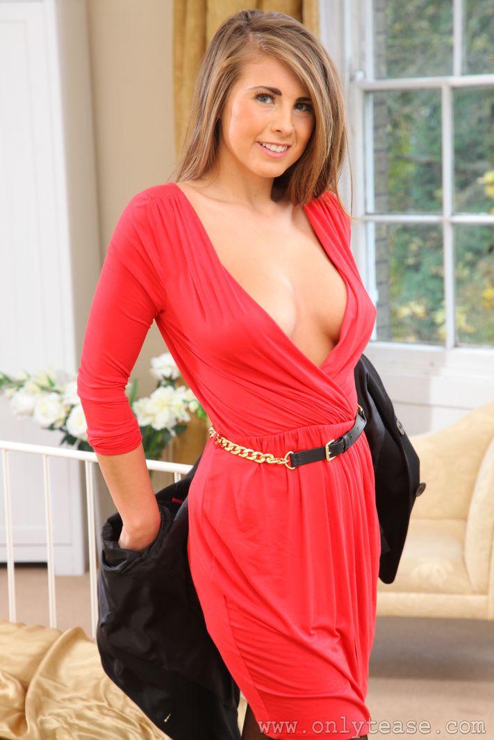 Возбуждающая темноволосая девка Sarah McDonald стаскивает красное платье и показывает нагие титьки