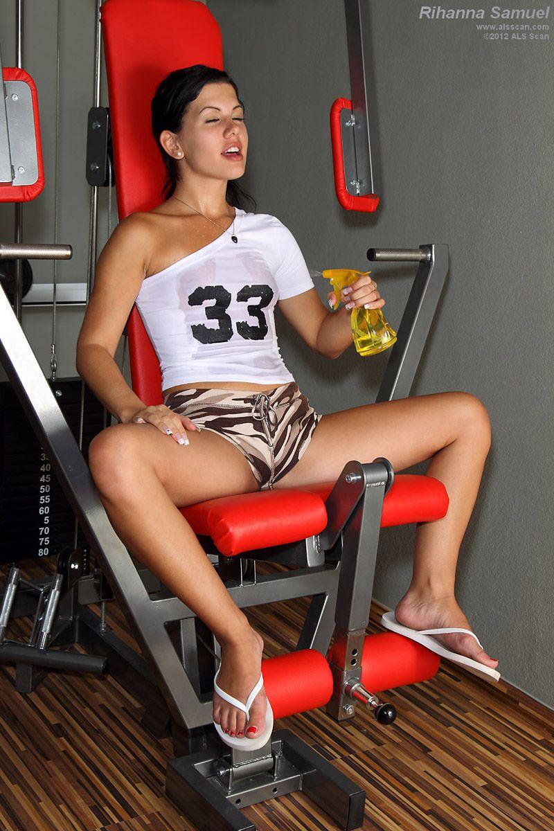 Подтянутая брюнеточка Rihanna Jamuel ебёт себя после тренировки