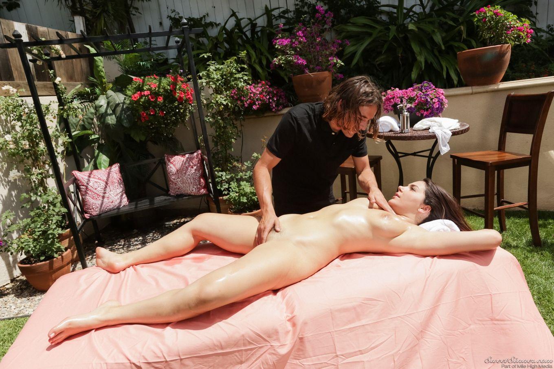 Valentina Nappi потрахалась с массажистом
