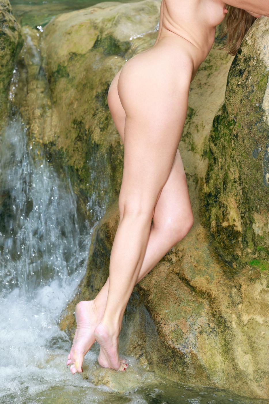 Страстная брюнетка-дешевка Kesia Nubiles сдвигает бикини, великолепно демонстрируя манду и задницу