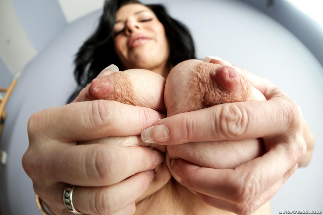 Сексуальная мамочка-брюнетка Вероника Авлув берет твердый болт в рот, сжимает его между грудей