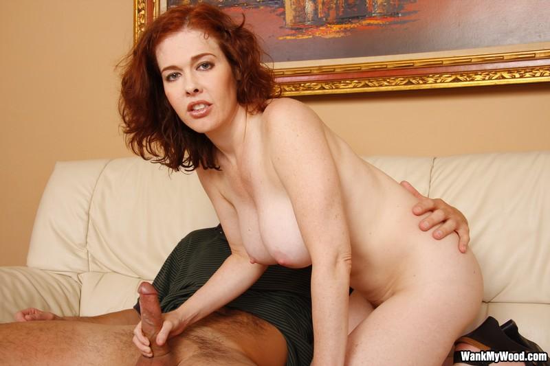 Голая Mae Victoria с великолепным большими буферами и пухлой небритой вагиной отлично дрочит член
