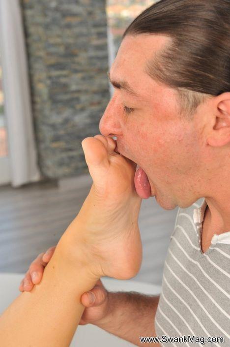 Роскошная стройняшка с милой вагиной онанирует пенис ножками и занимается сексом на боку