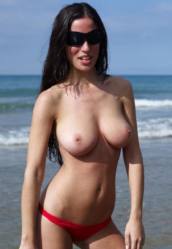 Брюнеточка с 3 размером дойки красуется на нудистском песке