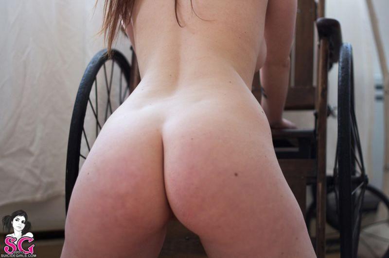 Крашенная девка позирует голышом впервые