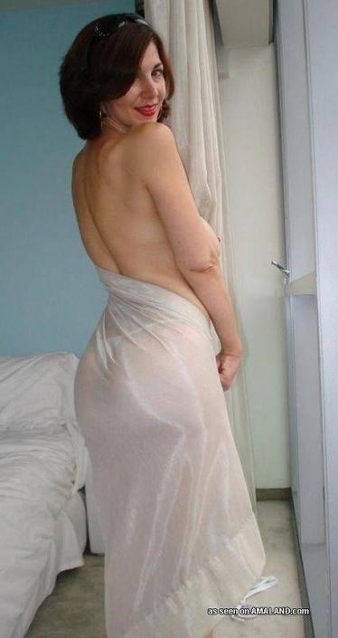 Изящная взрослая баба в частном xxx фотографируется обнаженной