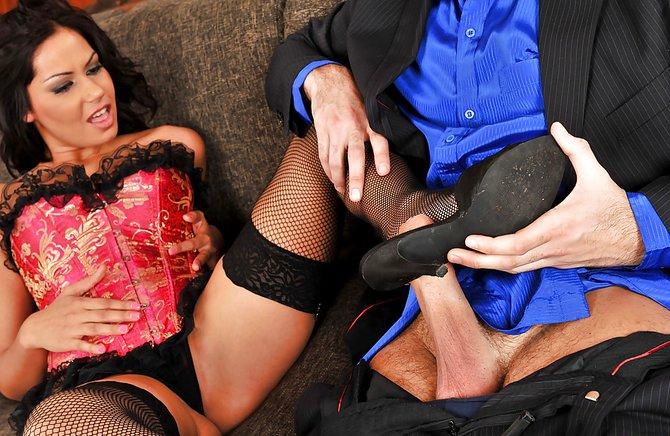 Пока муж на рабочем месте, деваха занимается сексом с приятелем