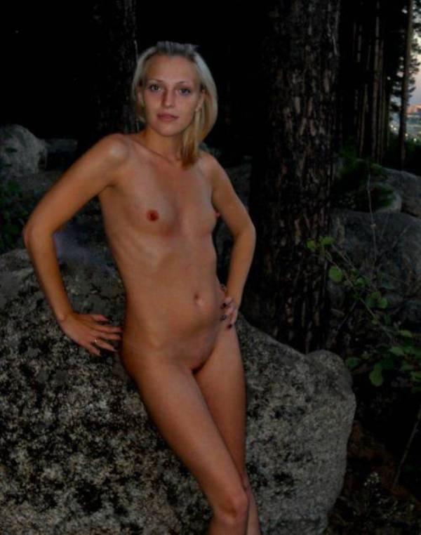 Прекрасная блондиночка забавляется в баньке в одиночестве