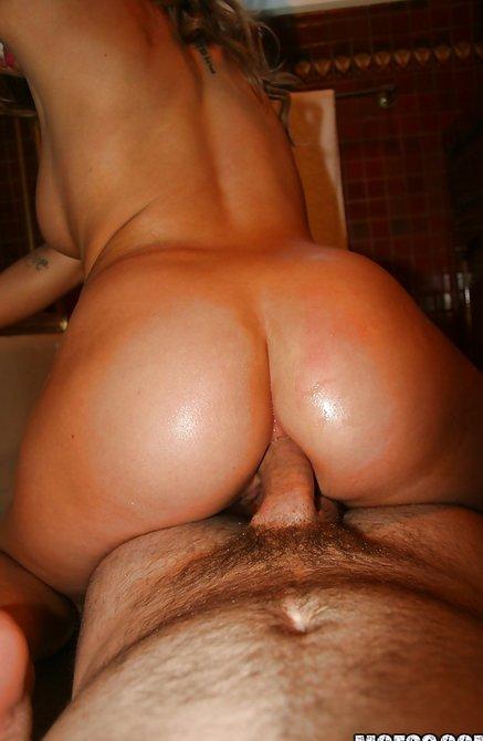 Старательная сожительница заглатывает и занимается сексом в киску в душевой