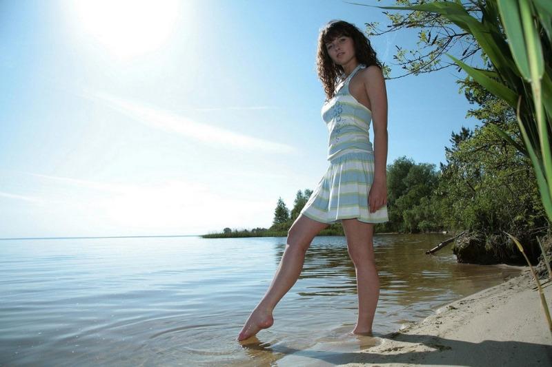Худосочная модель снимается на берегу речки