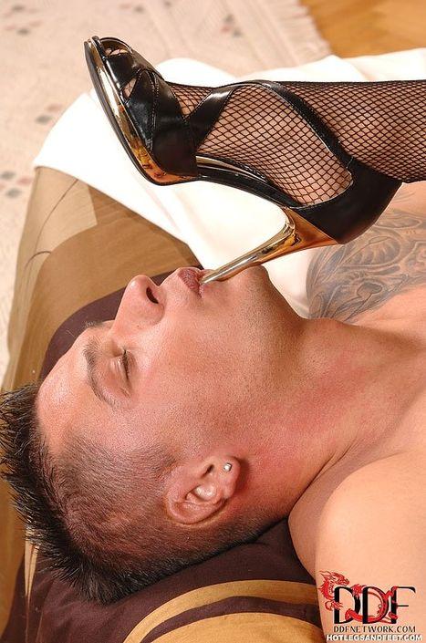 Обоятельная лысая деваха очень похотливо берет губами огромный член и впускает в рот