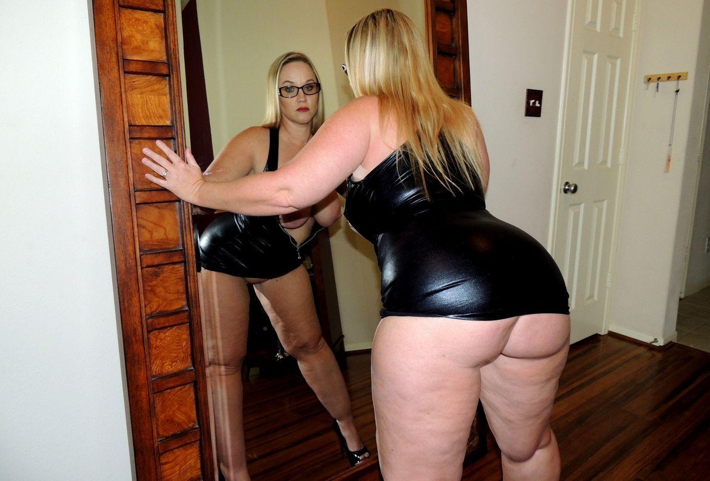 Толстячка с огромной попочкой мастурбирует у зеркала