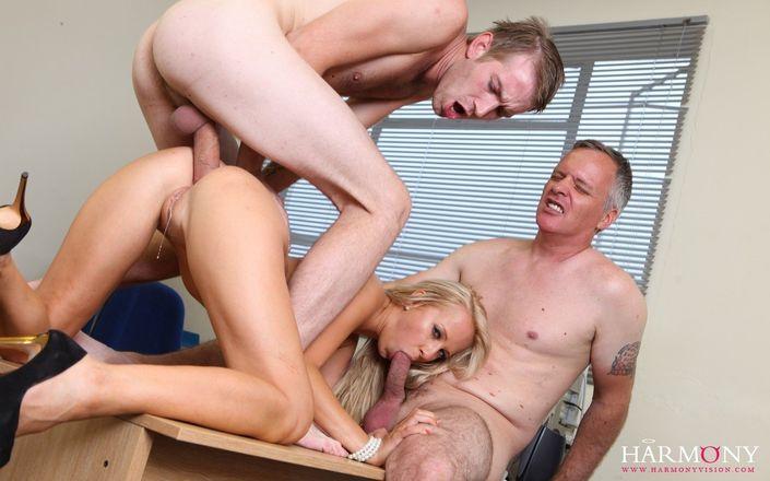 Блондиночка с привлекательнй фигурой остервенело долбится во все дыры