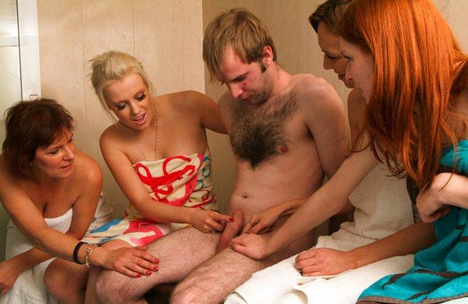 Четыре барышни мастурбируют парню большой член пальчиками