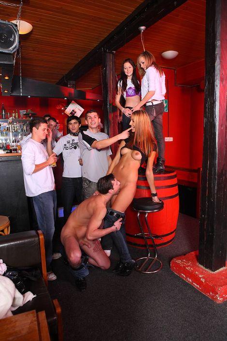 Крепкий мужчина держит тёлку за бедра и ебет раком на вечеринке клубный секс