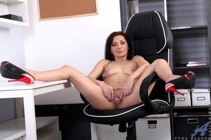 Стройная опытная темноволосая девка с голой вульвой задмучиво сидит на стуле hd фото порно
