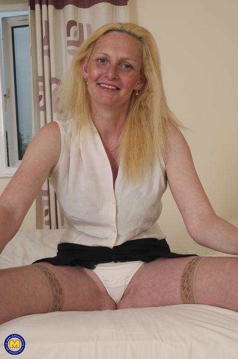 Подрочить писю для возрастной блондинки привычное занятие и приятное