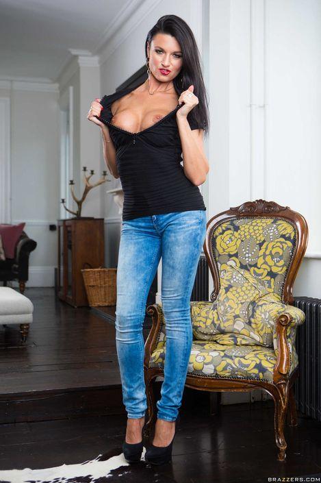 Восторженная симпатяшка в джинсах оголяется для обнаженного секс фото