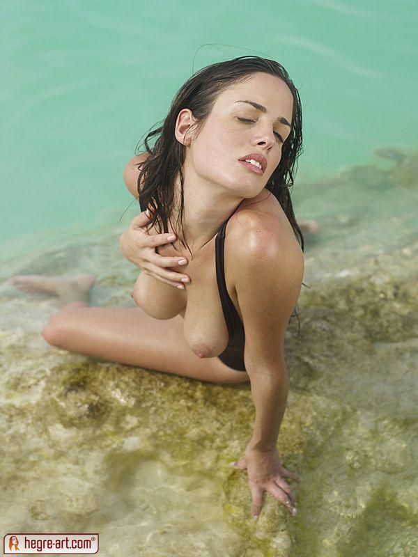 Привлекательная обнаженная девушка на берегу