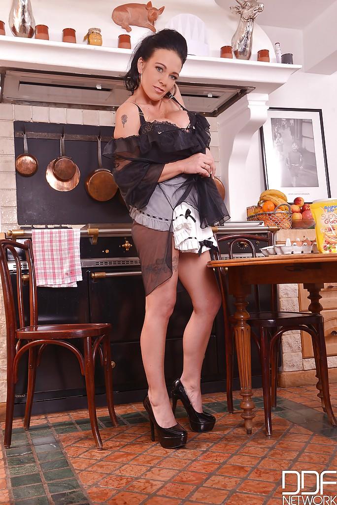 Кухонный стриптиз от грудастой домработницы за тридцать