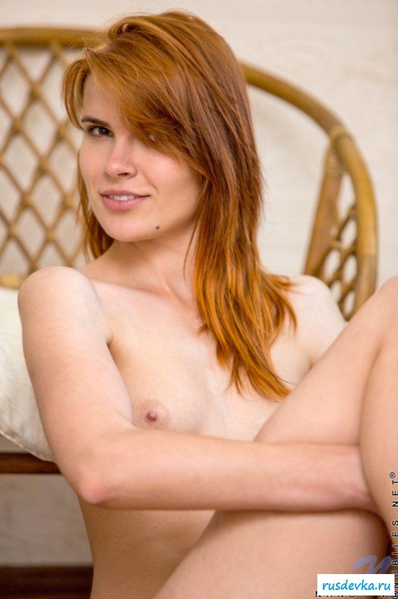 Рыженькая изящная ню девка демонстрирует нагую грудь