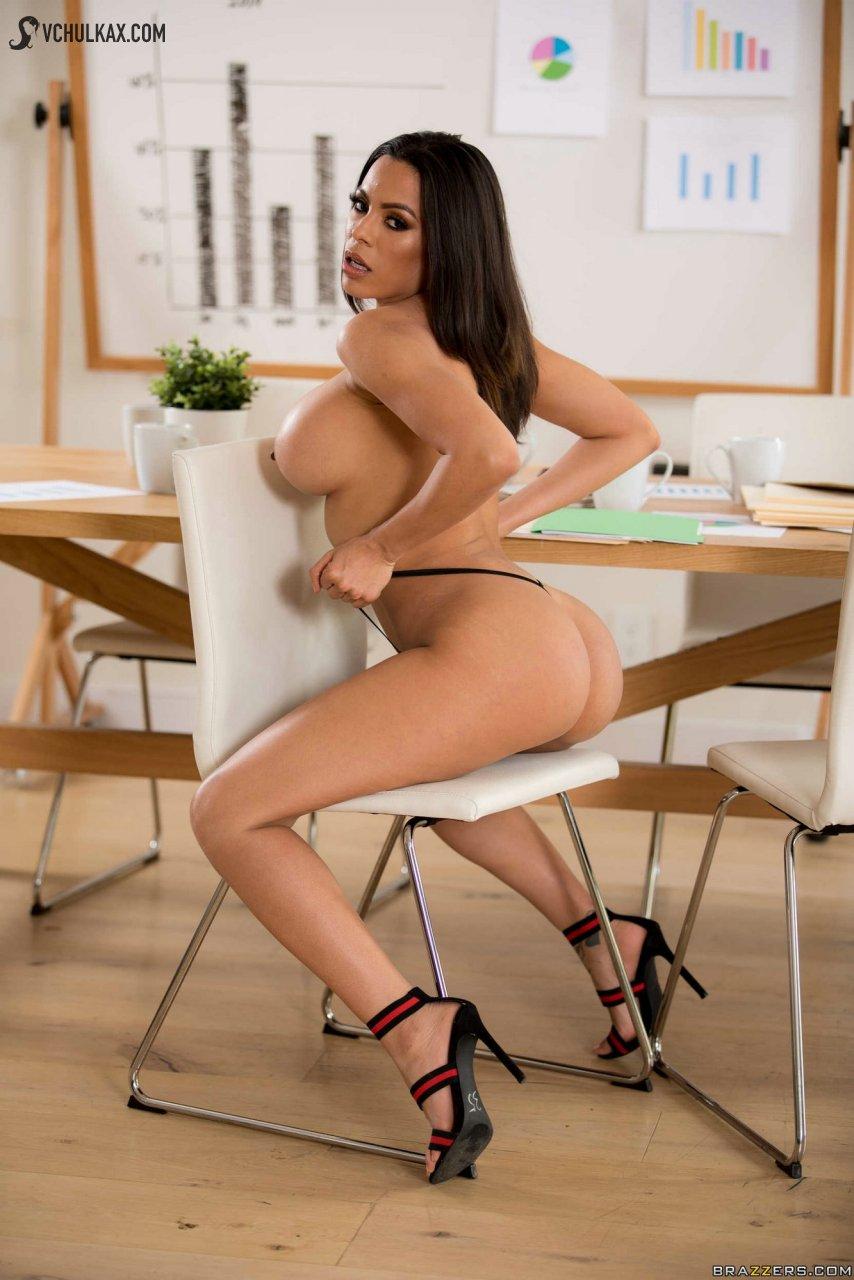 Соблазнительная бизнес фрау с красивыми грудями
